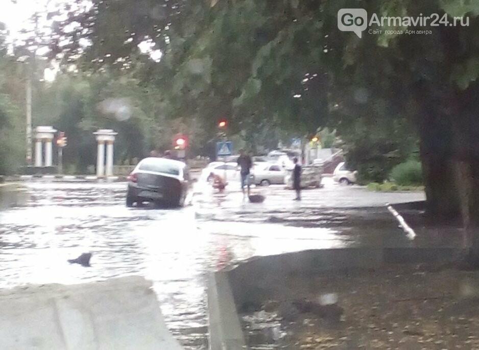 В Армавире осень напомнила о себе: ливень затопил улицы города, фото-4