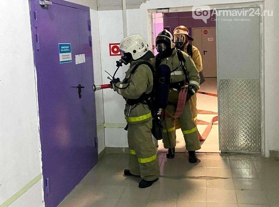 В Армавире пожарные, входе учений, потушили пожар в кинотеатре на Красной площади, фото-2