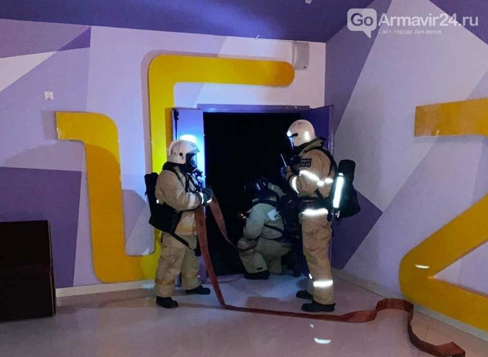 В Армавире пожарные, входе учений, потушили пожар в кинотеатре на Красной площади, фото-1