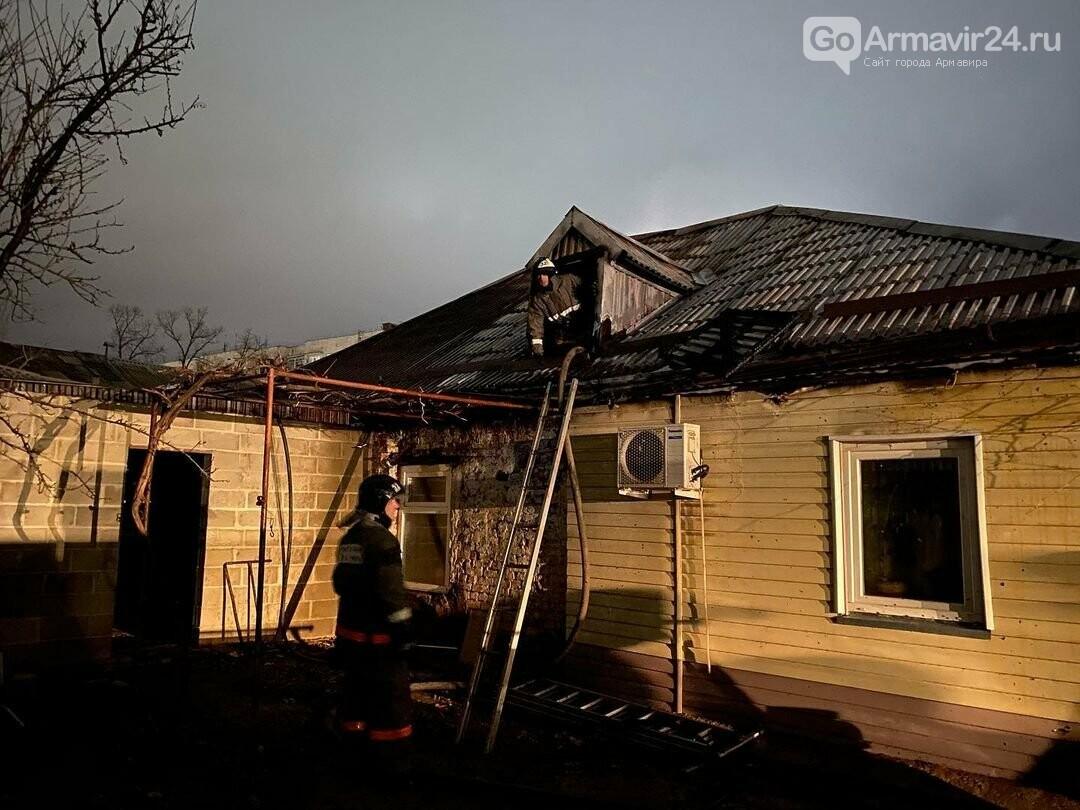 Очередной пожар в Армавире: на Мира загорелся дом, спасены 3 человека, фото-1