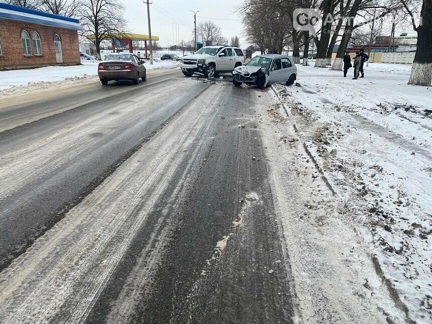 В Армавире три автомобиля столкнулись на перекрестке, есть пострадавшие, фото-3