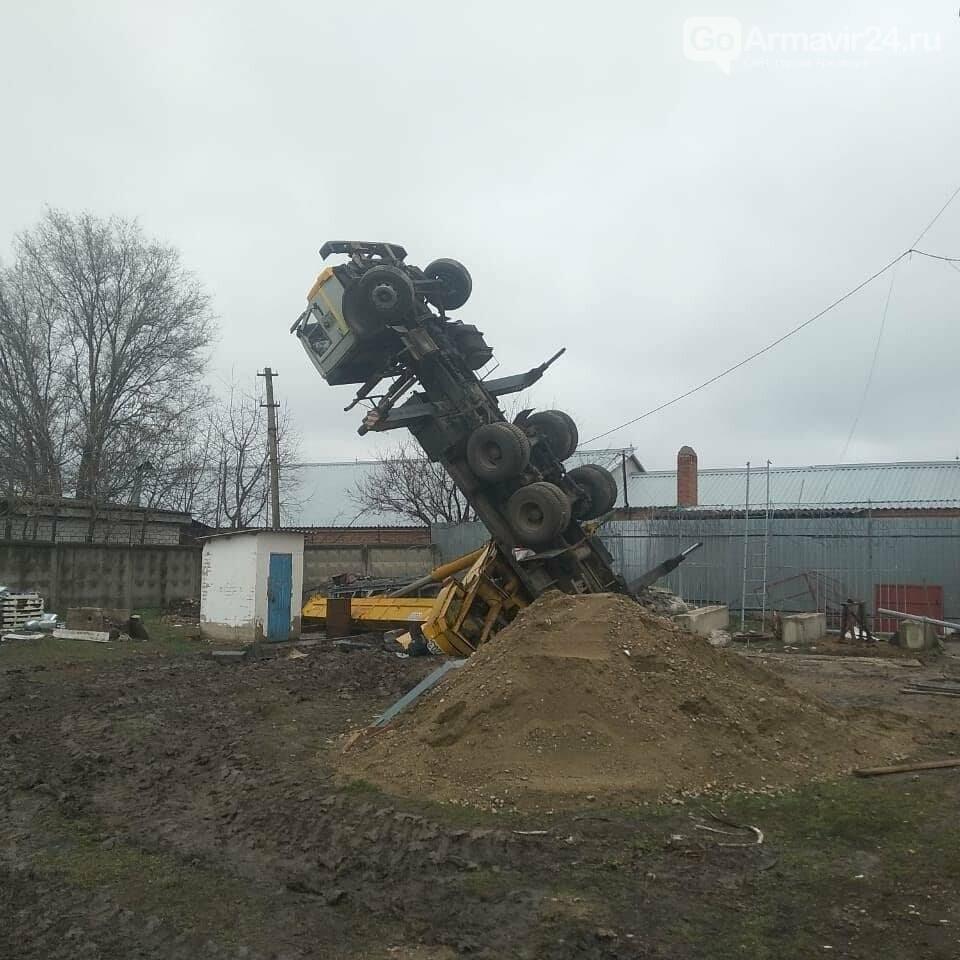 35-летний армавирский водитель подъемного крана КамАЗ погиб во время выполнения работ, фото-2