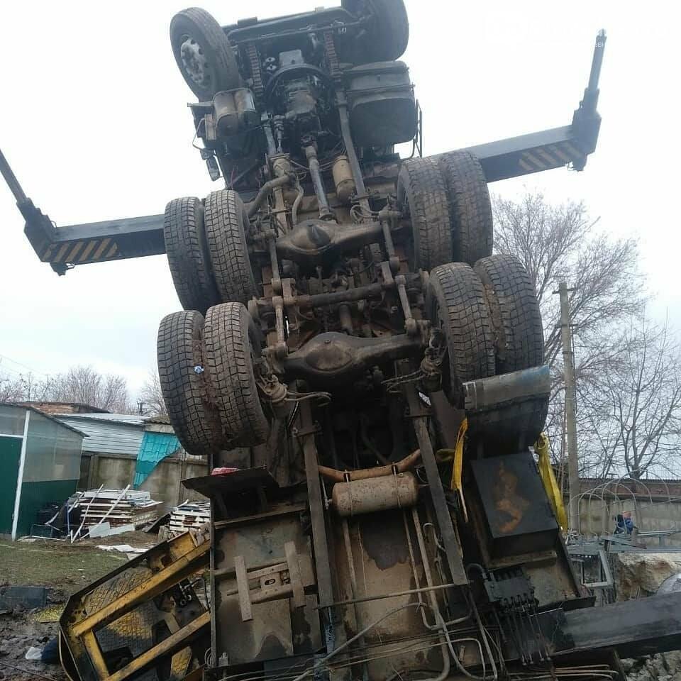 35-летний армавирский водитель подъемного крана КамАЗ погиб во время выполнения работ, фото-1