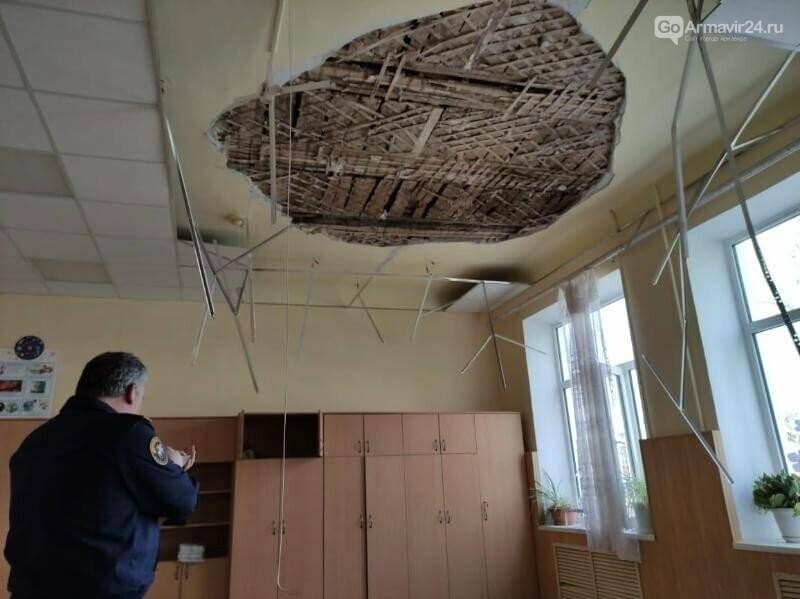 В Армавире на учеников 2 класса обрушился потолок в школе №2, фото-4