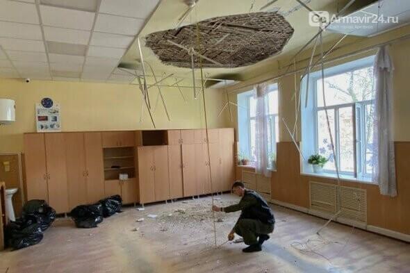 В Армавире на учеников 2 класса обрушился потолок в школе №2, фото-1